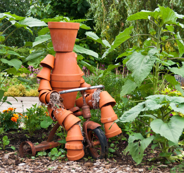 How to build a terra cotta clay pot garden person weed it reap for Decoration jardin pot